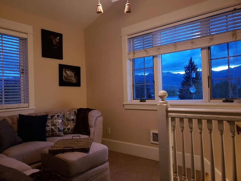 Ravens' View, Heart of town, Great for traveling companions, enjoy patios /grill, holiday rental in Silver Cliff