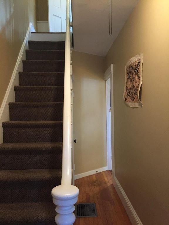 Configuração duplex com quartos e casa de banho completa no andar de cima