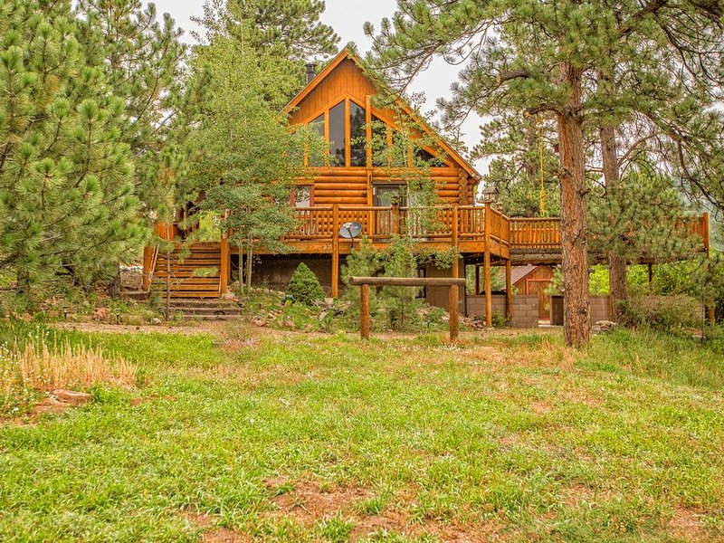 Secluded Log Cabin ** Stream & Lake ** Hot Tub ** ATV ** Wet bar ** Crafting **, alquiler de vacaciones en Woodland Park