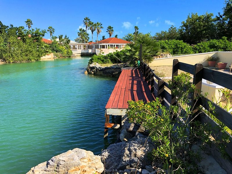 Waterfront Villa, Private Pool & Kayaks, vacation rental in Turtle Cove