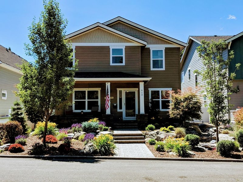 Downtown, Beaches & Hiking!!! This beautiful home is walking distance to ALL!!!, holiday rental in Coeur d'Alene