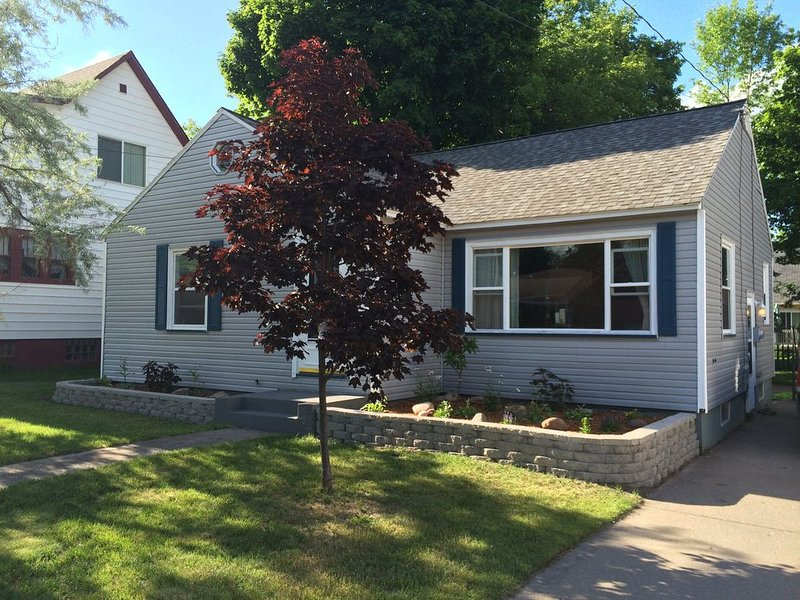 Clean, cozy, updated home walking distance from beach, bike path, and downtown, alquiler de vacaciones en Marquette