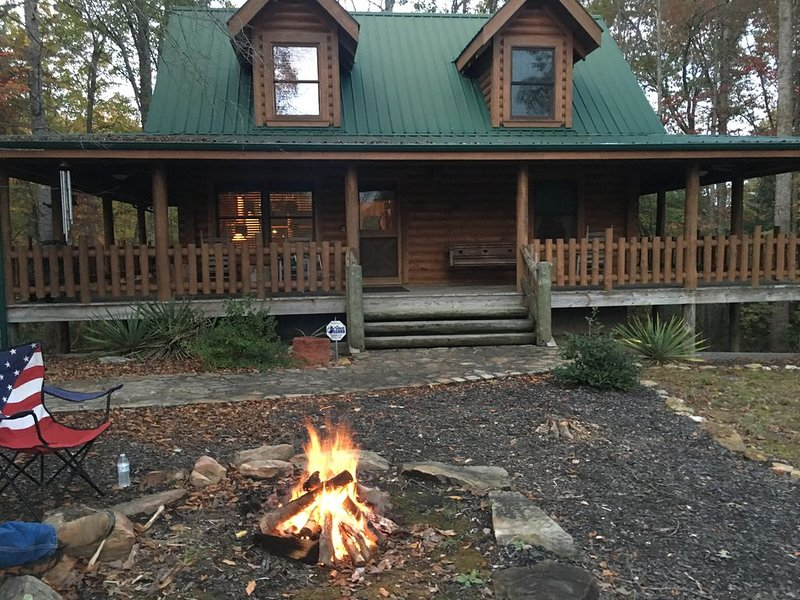 Beautiful Log Cabin nestled among the trees in a private, peaceful setting – semesterbostad i Huntsville