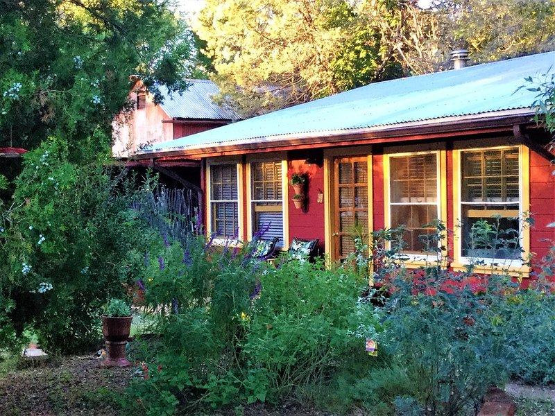 Casita Mariposa: spacious casita for relaxing amid bird-friendly gardens., holiday rental in Nogales