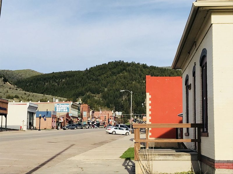 You can't get any closer to all there is to love about  downtown Philipsburg!, holiday rental in Philipsburg
