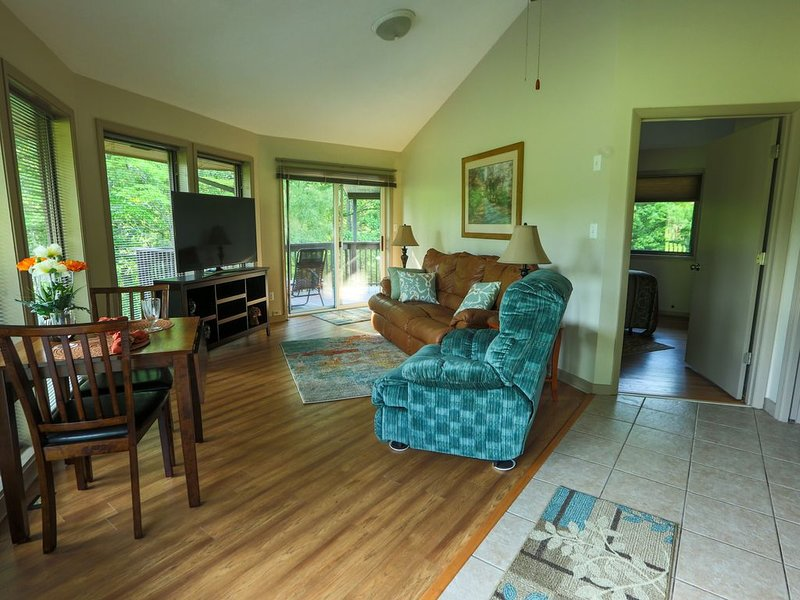 Single little detached round house with one queen bed, kitchenette, and bath, location de vacances à Asheville