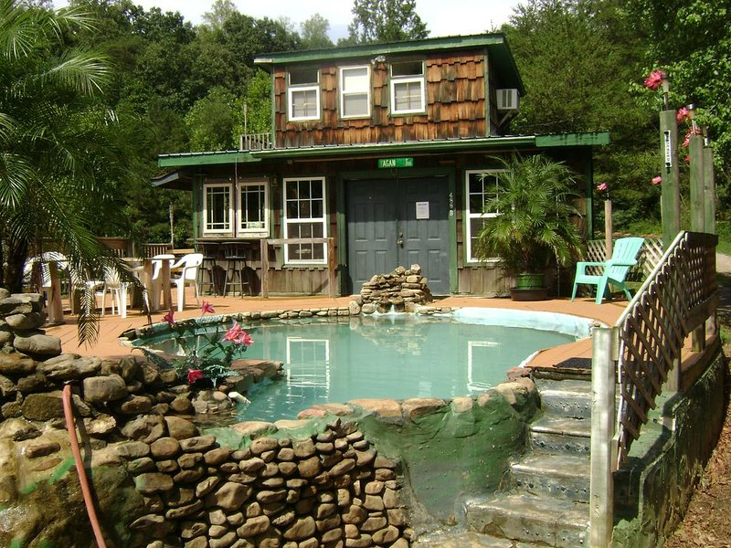 THE RUSTIC WATERING HOLE' 20 min to Chattanooga, vacation rental in Trenton