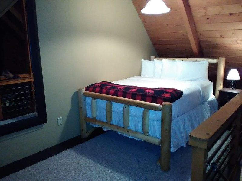 Pine Loft at Jay Chalet is a cozy retreat for all seasons, location de vacances à Jay