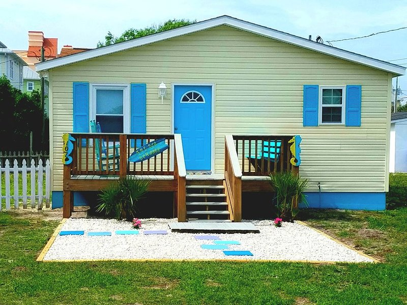 'The Sea Shack' Cottage Feet to Sand, vacation rental in Carolina Beach