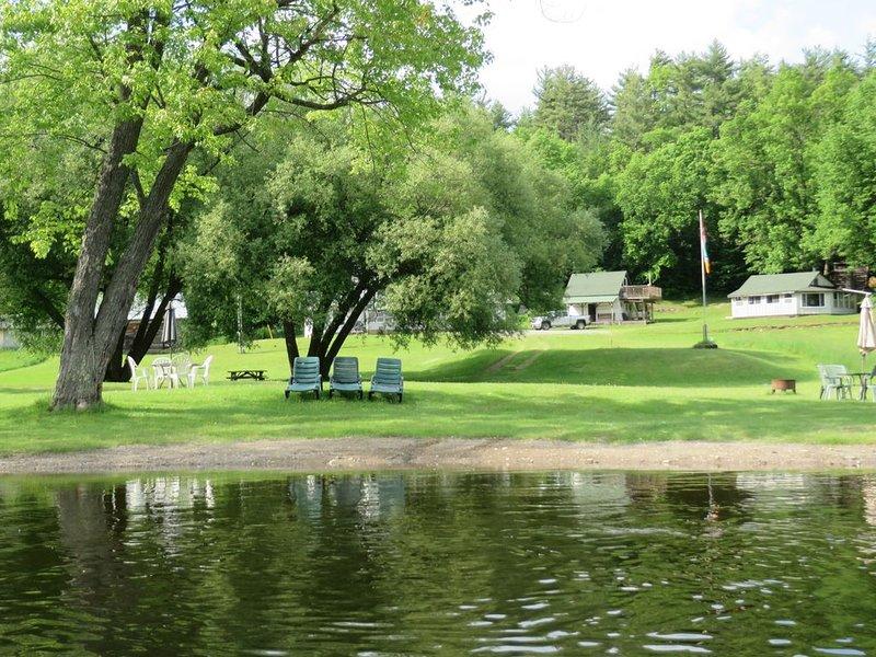 Rustic Lakeside Log Cabins, location de vacances à Calabogie