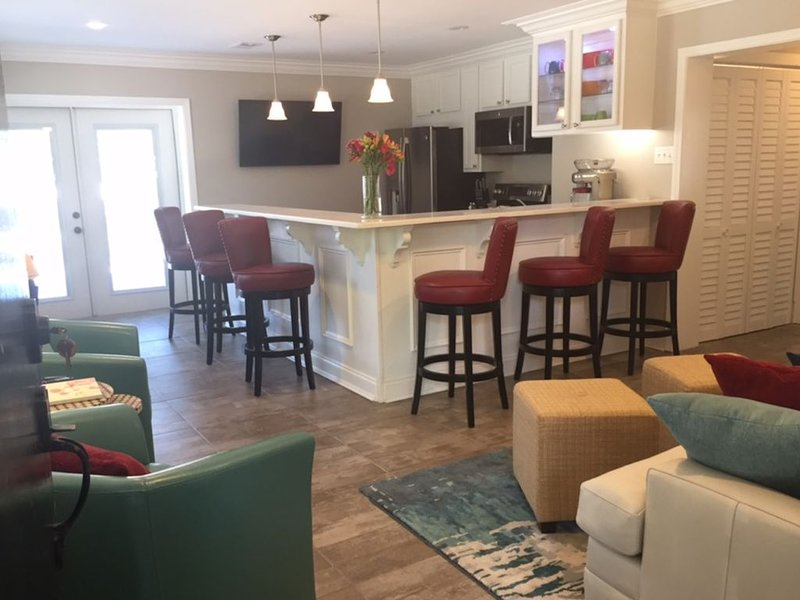 Romantic, quiet, completely renovated with large outside deck and living area. – semesterbostad i Gulfport