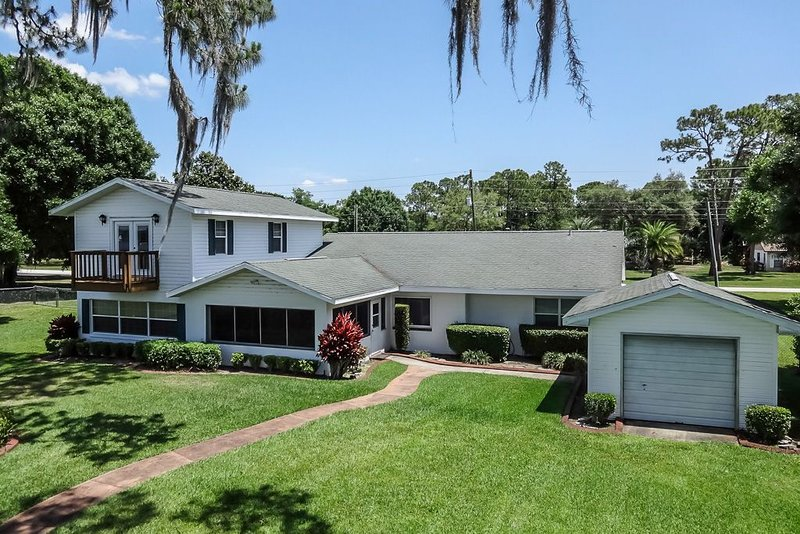 Spacious 4 bedroom Beachfront home on Lake Clay, holiday rental in Lorida