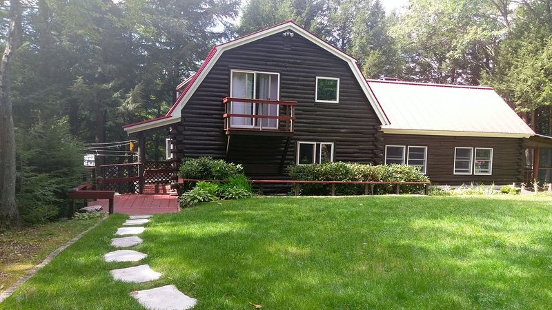 Beautiful lakefront log home nestled in the pines, alquiler de vacaciones en Harrisville