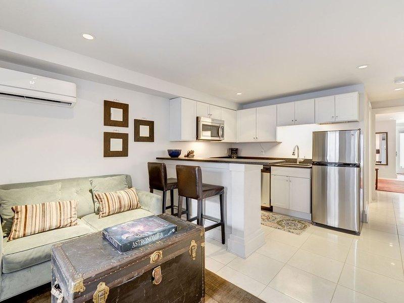 La habitación cuenta con un cómodo sofá y un bar para dos personas.