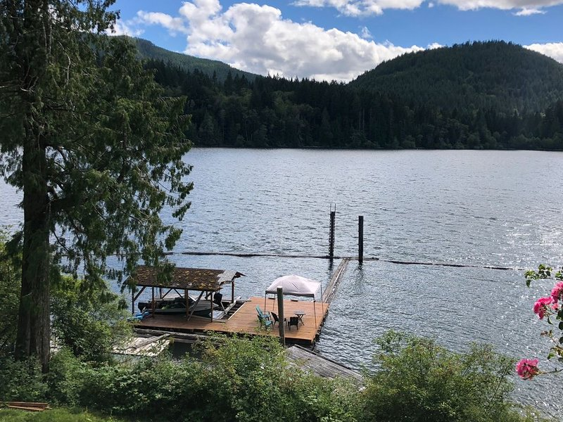 Beautiful Lakefront Private Suite on Lake Cowichan - Sleeps 5, holiday rental in Cowichan Valley Regional District