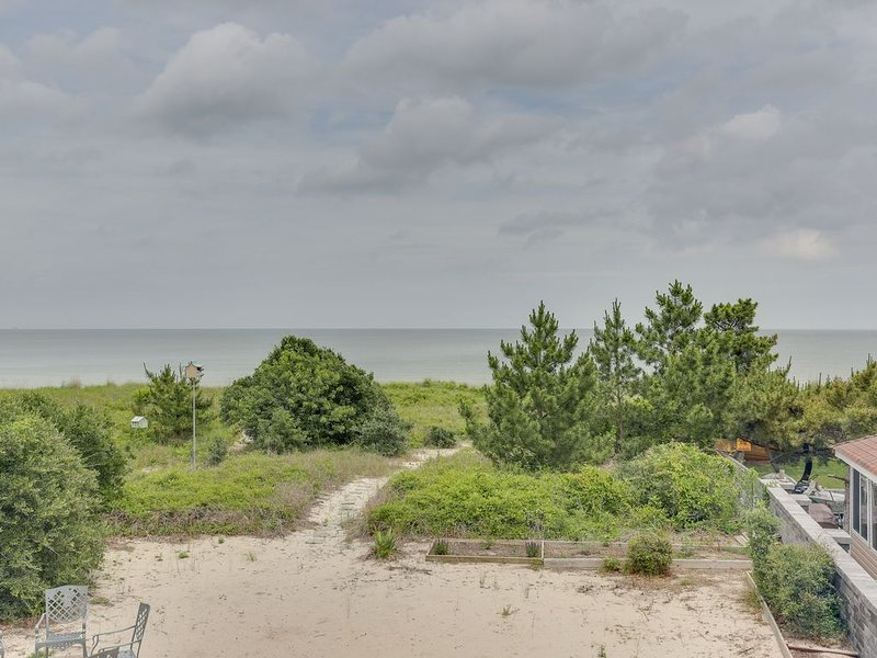 BEACHFRONT Home plus Guest Cottage. Private beach access. Dog-friendly., vacation rental in Norfolk