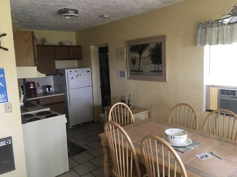2 bedroom apartment walking distance to all the fun!Apt.#1, vacation rental in Clearwater