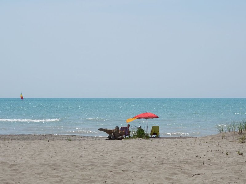 LONG POINT BEACH BEACHFRONT COTTAGE, holiday rental in Port Dover