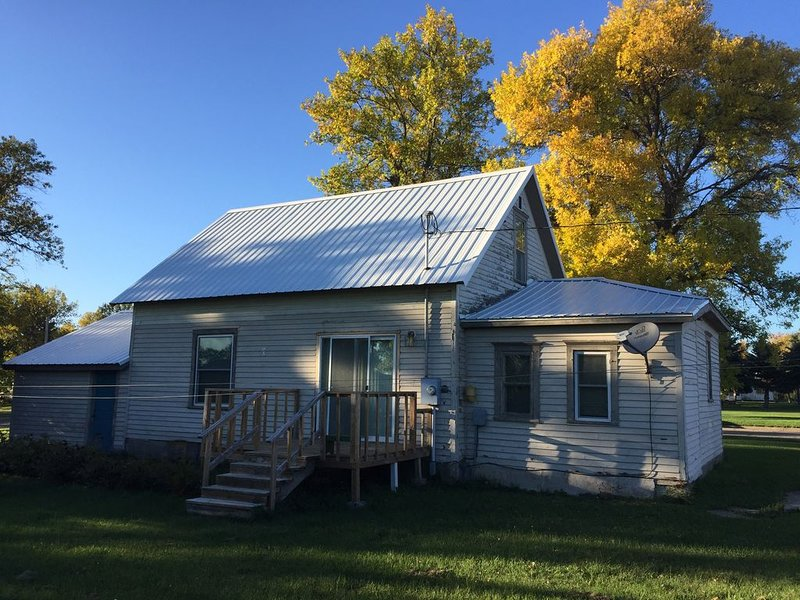 Dakota Hunting House - Furnished for Extended Stays - Pet Friendly, vacation rental in North Dakota