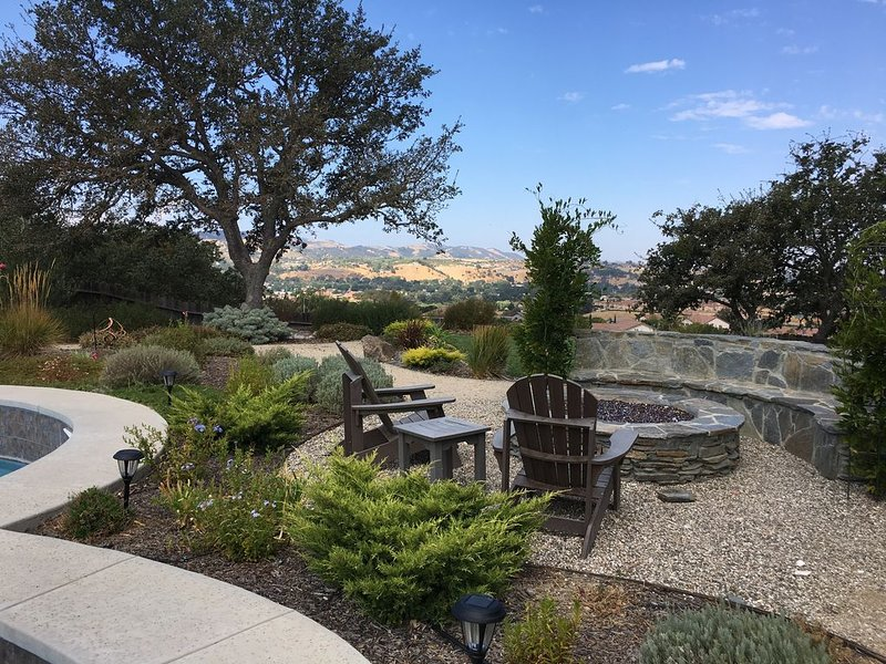 PRIVATE HOME w/POOL, OUTDOOR KITCHEN, LARGE GAS FIRE PIT & VIEWS!!!!, alquiler vacacional en Paso Robles