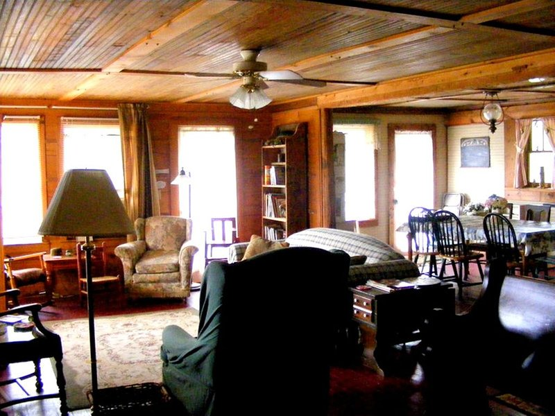 Large remolded hunting lodge with beautiful views of the Spring River Falls, vacation rental in Cherokee Village
