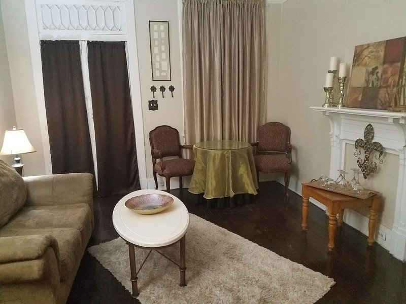 Historical Bywater 2-Room Suite w/private entrance and bathroom., casa vacanza a Chalmette