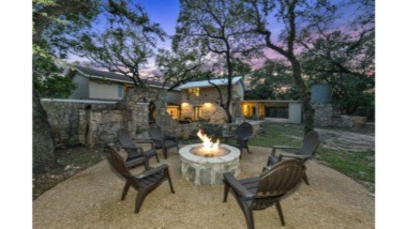 Robert Wood Art Cottage - Near Floores Country Store, SeaWorld & Fiesta Texas, holiday rental in Helotes