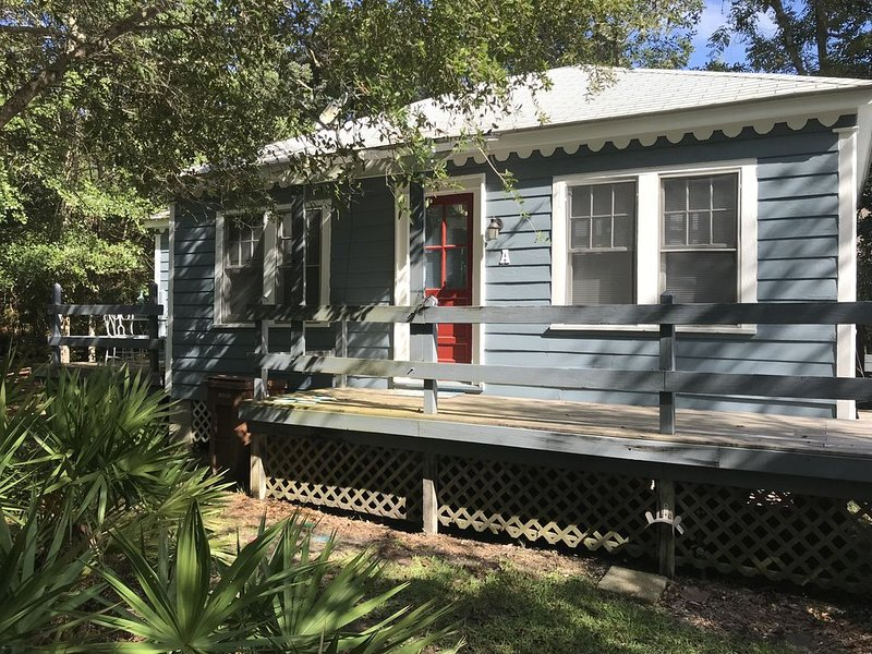 Friendship Cottages, (Pelican) 3 blocks from the Pass Christian Beach, holiday rental in Pass Christian