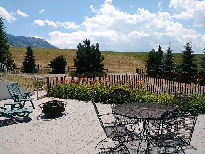 Spacious Quiet Country Home With Stunning Views from Private Patio, aluguéis de temporada em Bancroft