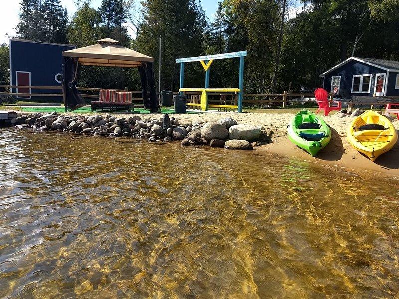 ¡El agua cristalina viene con dos kayaks ideales para nadar! pesca bronceadora