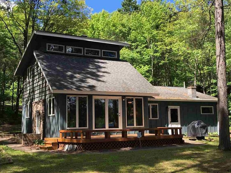 Northwoods lake home on crystal clear lake with sandy bottom., alquiler de vacaciones en Barnes