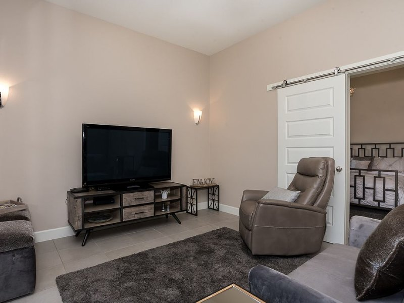 Beautiful Downtown Bentonville Condo! Walk to the Square and Ride the Trails!, casa vacanza a Cave Springs