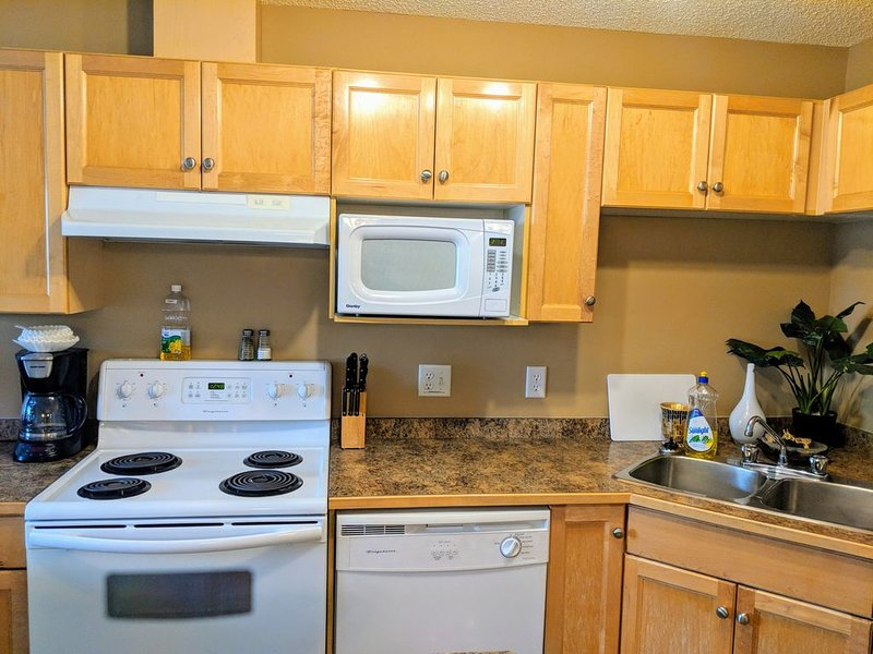 Family friendly Quiet 2BR 2BATH Condo close to WEM w/ A/C & U/G Parking, Ferienwohnung in Edmonton