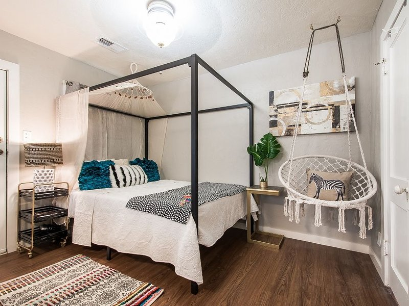The SASSY Studio~two blocks from Texas A&M Campus!, holiday rental in College Station