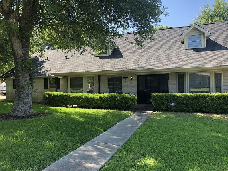 Charming Home w/ private Pool Mins from Riverwalk, North Star Mall & Airport, holiday rental in Castle Hills