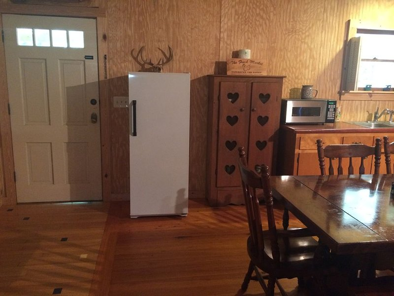 Peaceful Cabin Retreat Within Minutes of Historic Downtown Newberry SC, holiday rental in Prosperity