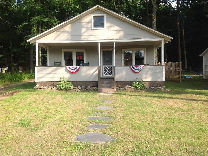 Lake Community Cottage, holiday rental in Tower City