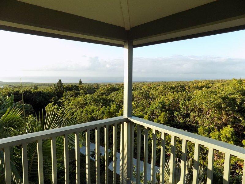 Hale Malulani, Breathtaking Ocean and Shoreline Views, Home on Tropical Estate., location de vacances à Naalehu