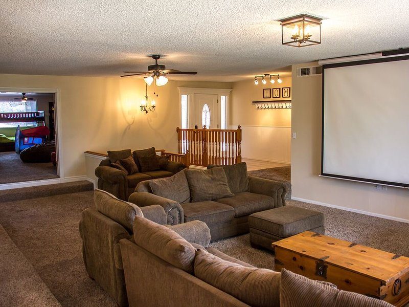Game Room-120' Movie Screen-  Sleeps 30+ -Parks & Lakes-Riding Trails!, holiday rental in Show Low