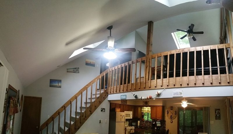 3 Bedroom + Loft/ AC Unit/ Game Room/ Wi-Fi/ Fire Pit/ 2 Lakes/ 3 Pools/ 5 Beach, vacation rental in Pocono Lake