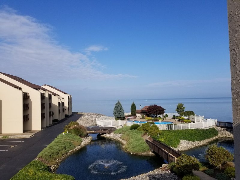 Stunning Lake Front Condo with Pool Hot Tub Tennis Court Completely Renovated, holiday rental in Port Clinton