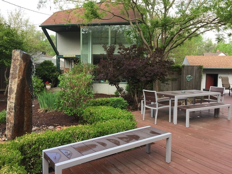 Garden Courtyard Guest House Near College World Series, Old Market, and Zoo, holiday rental in Glenwood