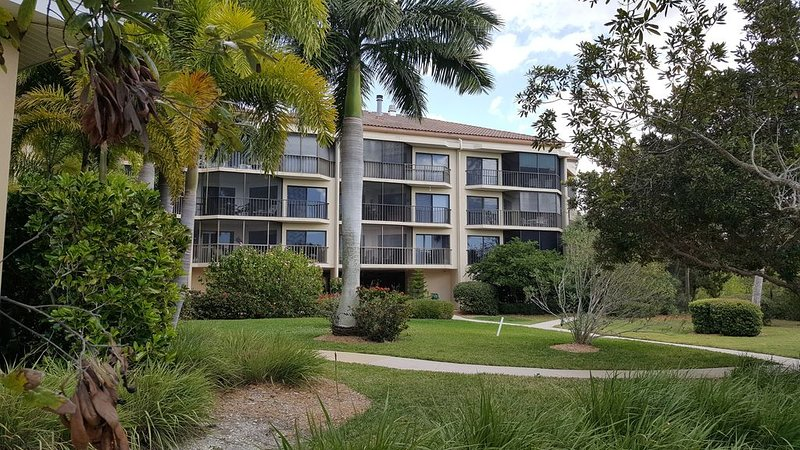 Waterfront Condo 2 Bedrooms, 2 Baths Between Sarasota and Venice, vacation rental in Osprey