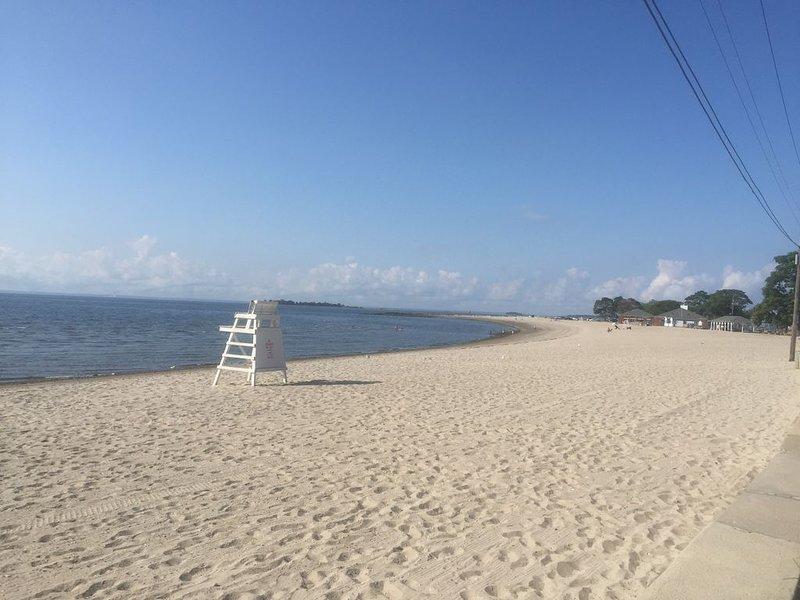 Chaises de plage et jouets de sable pour profiter du rivage sablonneux juste en haut de la rue