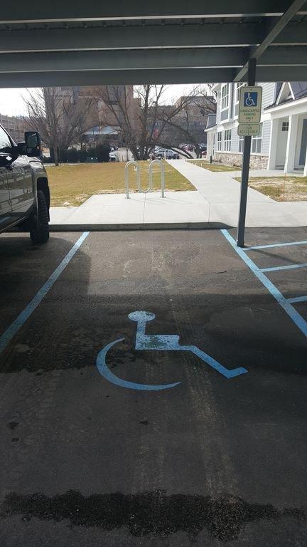 Une place de stationnement par unité fournie