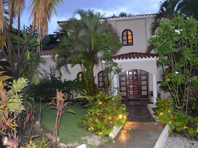 Private 5 BR Villa Getaway with Resort Amenities, holiday rental in Hermanas Mirabal Province