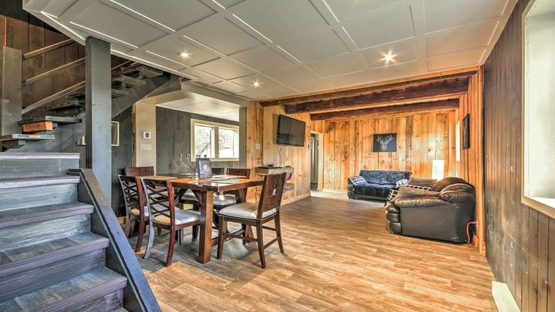 Rustic & Cozy Loft Located On A Ranch 3 Minutes From Ski Hill And Amerispa, casa vacanza a Wakefield