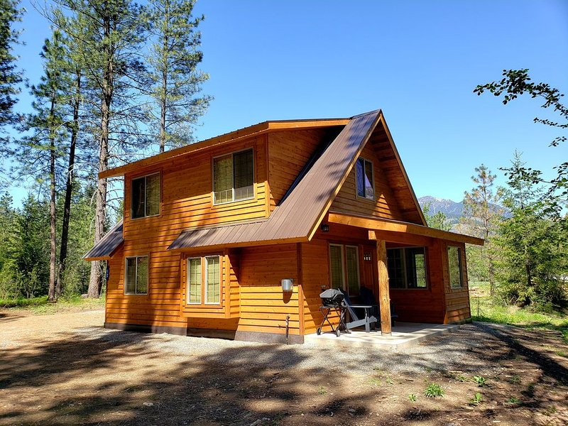 Newly built Mazama Mountain Hideaway is waiting to be your basecamp for fun!, holiday rental in Mazama