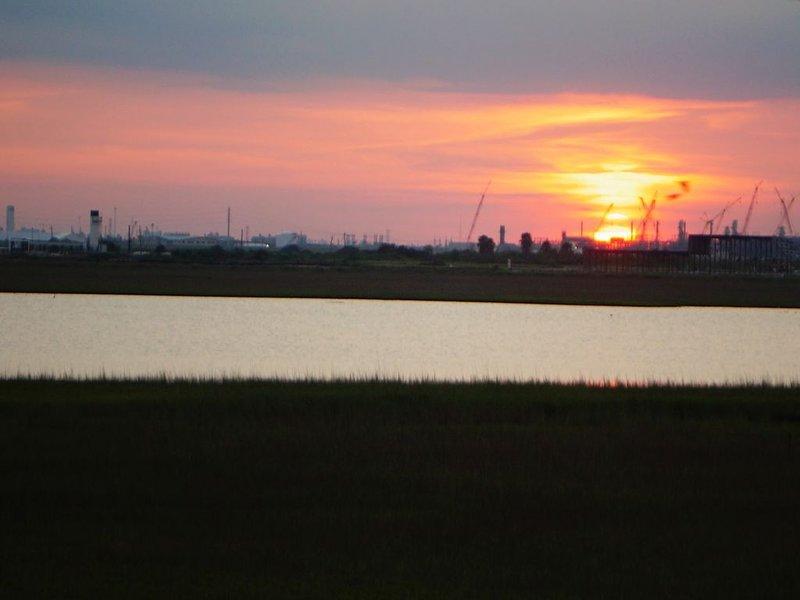 Ein atemberaubender Blick auf den Sonnenuntergang an der Bucht