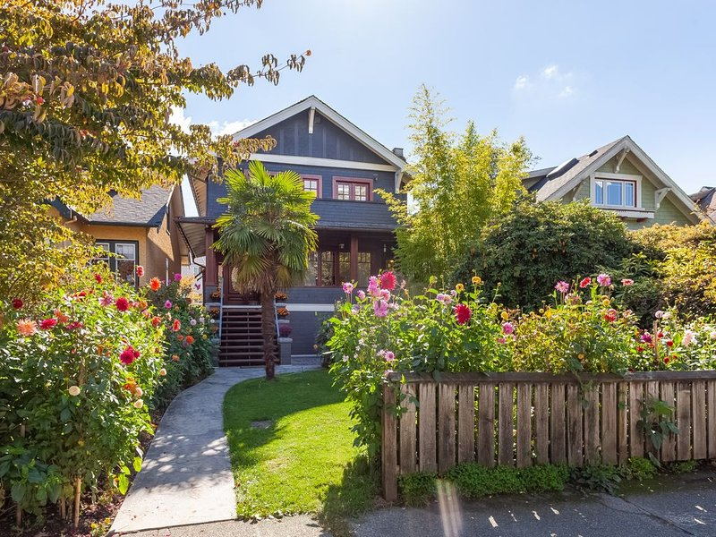 Beautiful, cozy & very clean 3BR in Posh Kitsilano, a must!, holiday rental in Vancouver